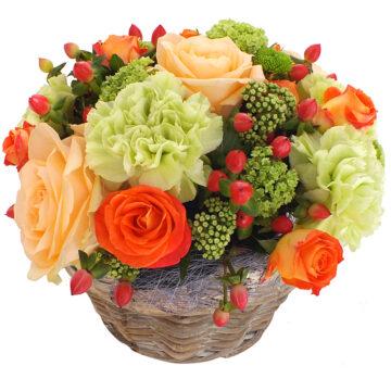 Aranjamente flori trandafiri somon, garoafe verzi, hipericum rosu, bouvaldia verde